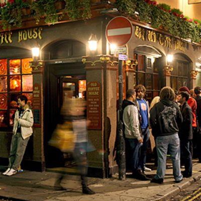 Asiakkaita lontoolaisen pubin ulkopuolella.