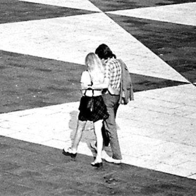 Nuori pariskunta kävelee vierekkäin.