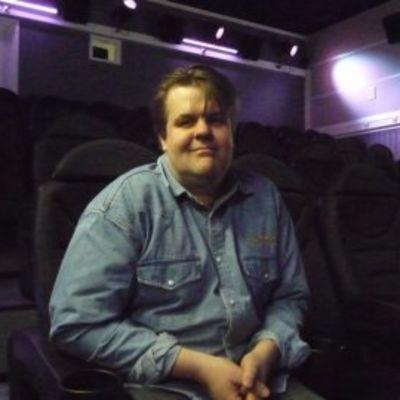 Yrittäjä Tero Vall istuu elokuvateatterin tuolilla.