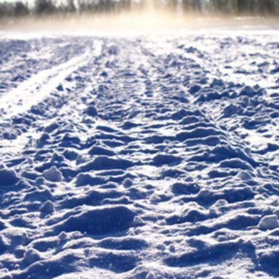 Moottorikelkan jäljet jäällä