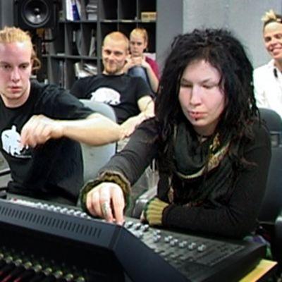 Tampereen ammattikorkeakoulun opiskelijoita äänitysstudiossa
