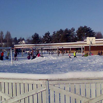 Kuvassa Torkinmäen koulun pihalta, lapsia välitunnilla.