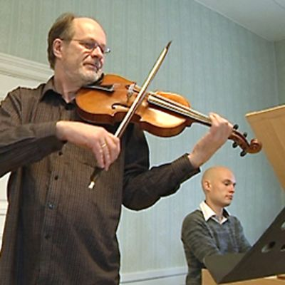 Kuvassa Jouko Mansnerus ja Petteri Pitko soittavat