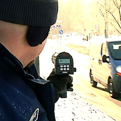Poliisi mittaa nopeuksia tutkalla