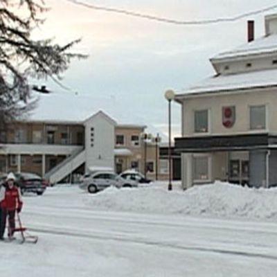 Kuvassa Ylitornion kunnantalo talvisäässä.