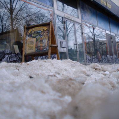 Lumipenkka jalkakäytävällä Lahden keskustassa.
