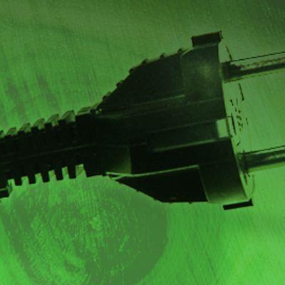sähköpistoke, vihreänsävyisellä taustalla halkaistu puunrunko vuosirenkaineen, kuvamanipulaatio