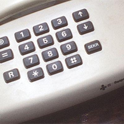 Puhelin.
