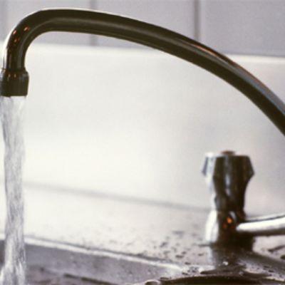 vettä tulee vesihanasta
