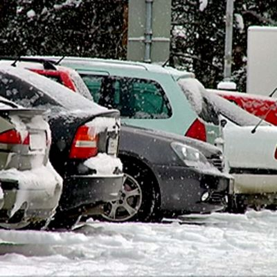 Autoja pysäköintialueella