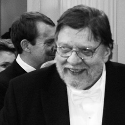 Leo Lastumäki siirtymässä saliin käteltyään presidenttiparin.