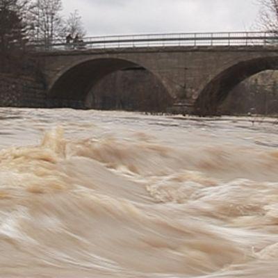 Vantaanjoki tulva-aikaan.