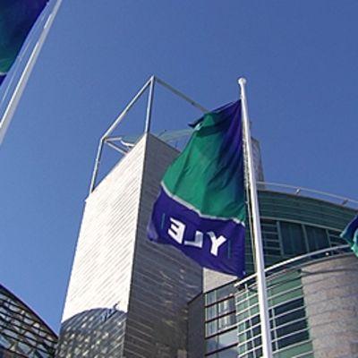 YLE-liput liehuvat saloissa YLEn Iso paja -rakennuksen edessä.