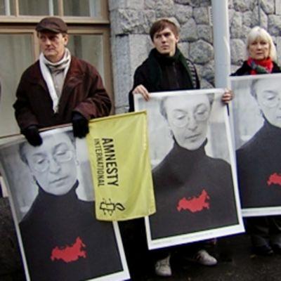 Mielenosoittajat kunnioittavat Anna Politkovskajan  muistoa.