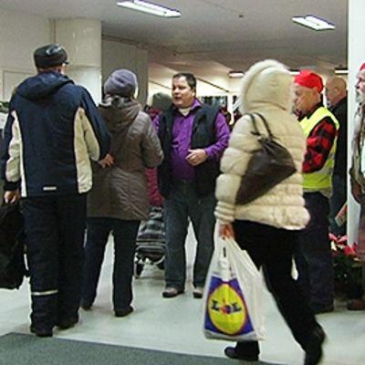 Hursti kättelee ovesta saapuvia ihmisiä.