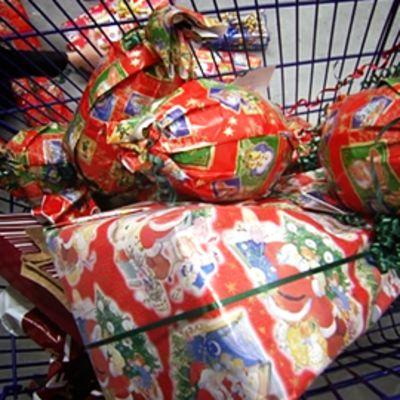 Joulupaketteja ostoskärryssä.