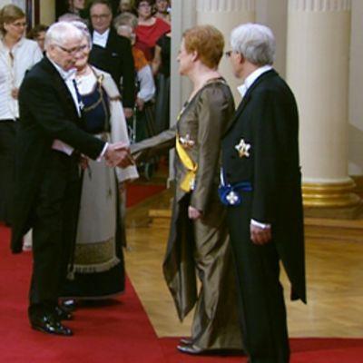 Antti Henttonen kättelee Tarja Halosta.
