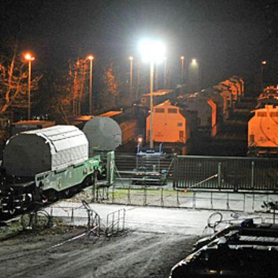 Kolmastoista radioaktiivista jätettä kuljettava juna saapuu Dannebergiin 28.11.2011.