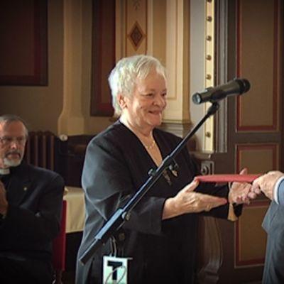 Eila Roine saa palkinnon pormestarilta
