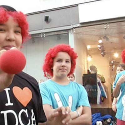 Lapsia punaiset peruukit päässä Nenäpäivän merkeissä.