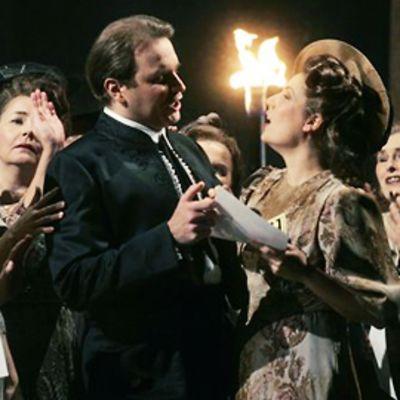 Carmen-oopperan näyttelijöitä lavalla.