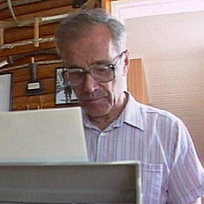 Kalle Päätalo kirjoittaa kirjoituskoneella työhuoneessaan.