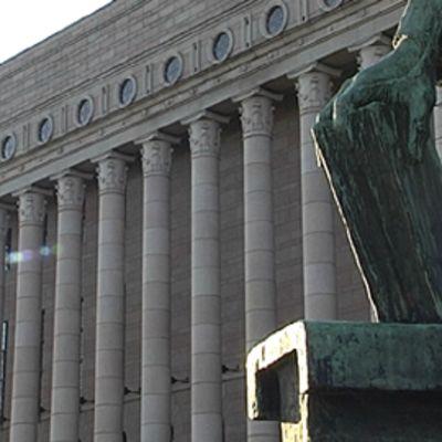 Eduskuntatalo, etualalla osa presidentti K. J. Ståhlbergin patsaasta.
