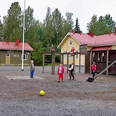 Lapsia leikkimässä Siuron koulun pihalla