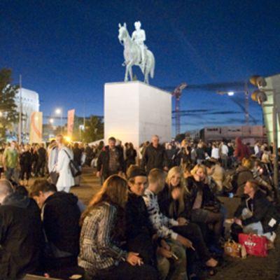 Ihmiset juhlivat taiteiden yötä Kiasman edustalla elokuussa 2009.