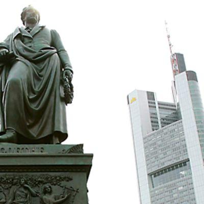 Johann Wolfgang von Goethen patsas on etualalla, takana näkyy kaupungin yksi pilvenpiirtäjistä.