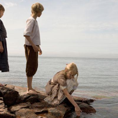 Lapsia rannalla elokuvassa Iris.