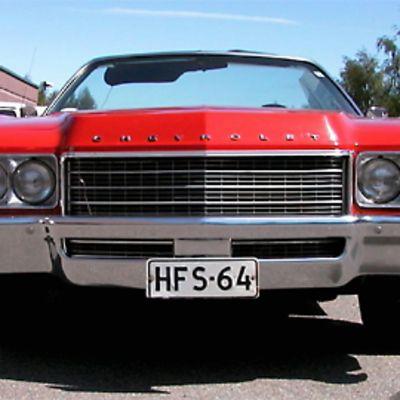 """Kuvassa punainen """"jenkkirauta"""", Chevrolet."""