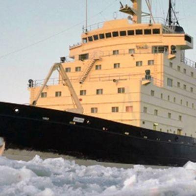 Jäänmurtaja Urho murtaa jäätä Perämerellä.