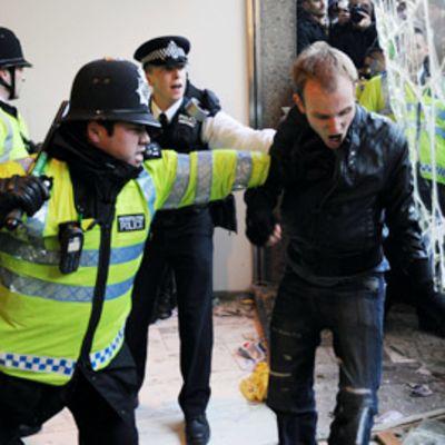 Poliisit ottavat yhteen opiskelijoiden kanssa.