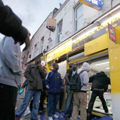 Mellakoitsijoita tyhjentämässä kauppaa Hackneyssä, Pohjois-Lontoossa.