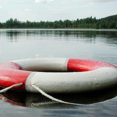 Pelastusrengas vedessä