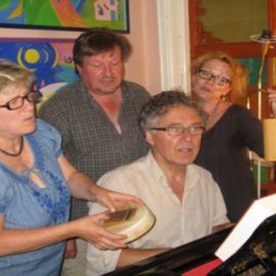 Eija Ahvo, Juha Tikka, Toni Edelmann ja Susanna Haavisto laulavat Tommy Tabermanin runoja.