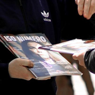 Iso Numero -lehteä myydään kadulla.