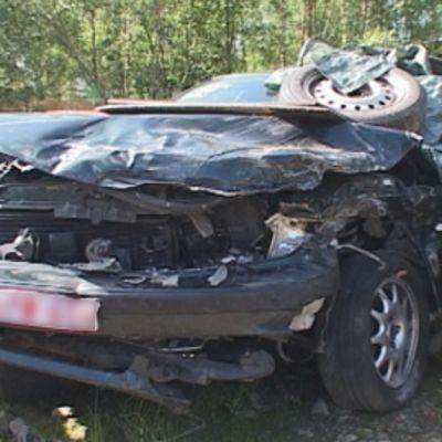 Musta pahoin kolaroitu auto romuttamolla.