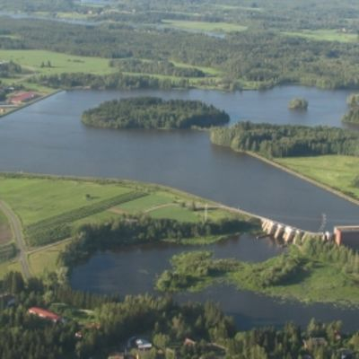Kuvassa näkyy Kokemäenjoen vesistöaluetta Kokemäellä ja Kolsin voimalaitos.