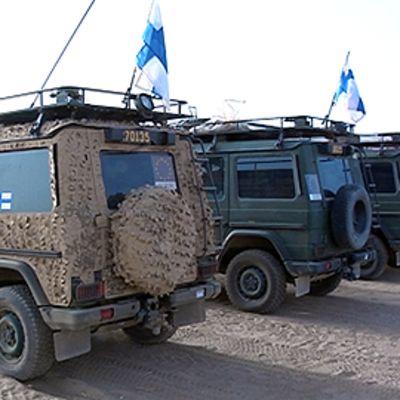 Suomalaisten rauhanturvaajien ajoneuvoja rivissä Afganistanissa.