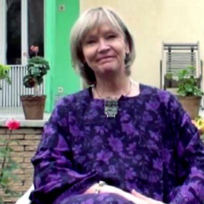 Jean MacKenzie istuu puutarhassa.