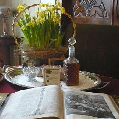 Perheraamattu Edvard Palanderin työhuoneen pöydällä. Kuten joulunakin myös pääsiäisenä isäntä luki ääneen raamatuntekstejä.