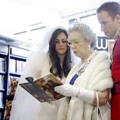 Kate Middletonia, prinssi Williamia ja kuningatarta esittävät kaksoisolennot  osallistuivat kirjanjulkistamistilaisuuteen Lontoossa.