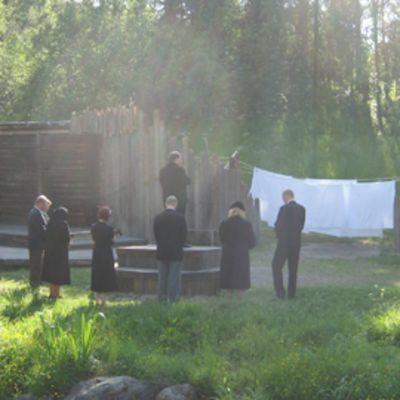 Kylän väki suree Kyllikkiä Myllykolun kesäteatterin esityksessä Runar ja Kyllikki.