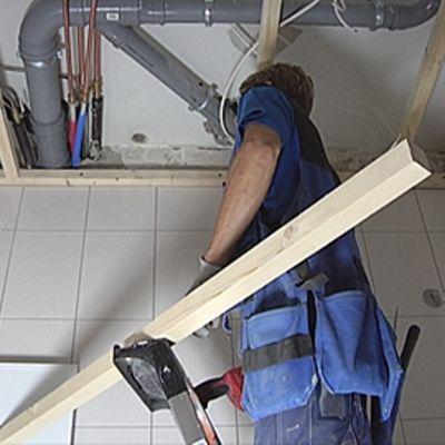 Remonttimies tekee kylpyhuoneen kattoa.