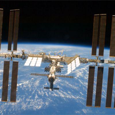Kansainvälinen avaruusasema maapallo taustallaan