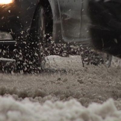 Uudenmaan teillä lumi suli loskaksi iltapäivään mennessä.
