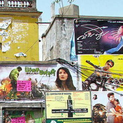 Intialaisia elokuvajulisteita talon seinässä