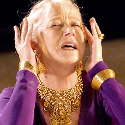 Iso-Britannian Kansallisteatterin Helen Miren esiintyy Jean Racinan näytelmässä Phaidre.